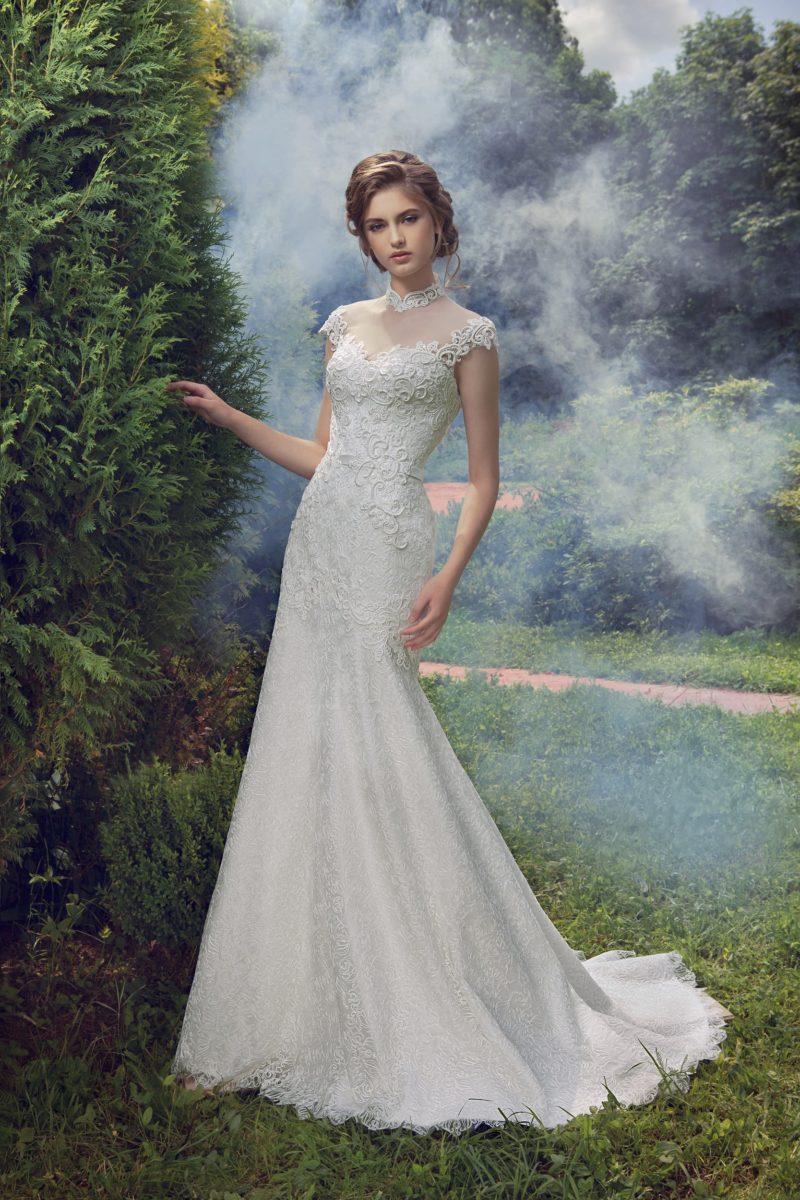 Прямое свадебное платье с кружевным корсетом и высоким ажурным воротником.