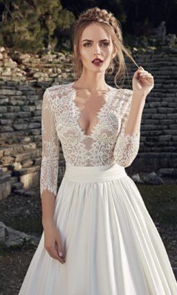Свадебное платье «принцесса» с плотной юбкой из фактурной ткани и V-образным декольте.