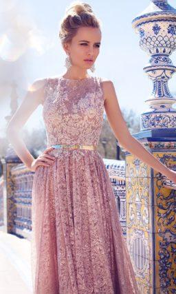 Прямое свадебное платье розового цвета, по всей длине оформленное плотным кружевом в тон.