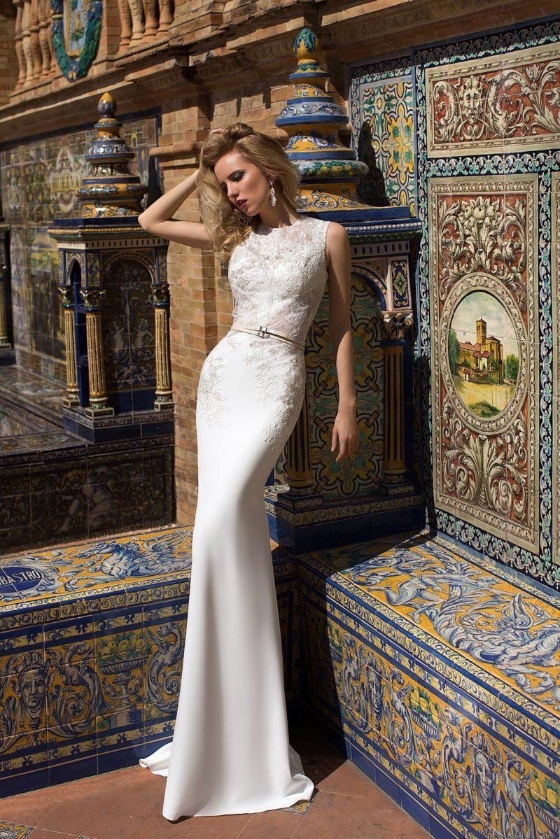 Свадебное платье силуэта «рыбка» с плотной отделкой верха и несколькими узкими поясами.