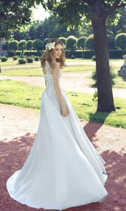 Закрытое свадебное платье А-силуэта из атласной ткани с длинным шлейфом.