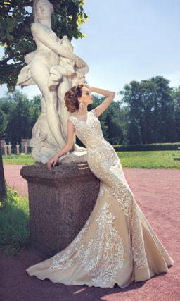 Бежевое свадебное платье силуэта «рыбка» с отделкой белым кружевом.