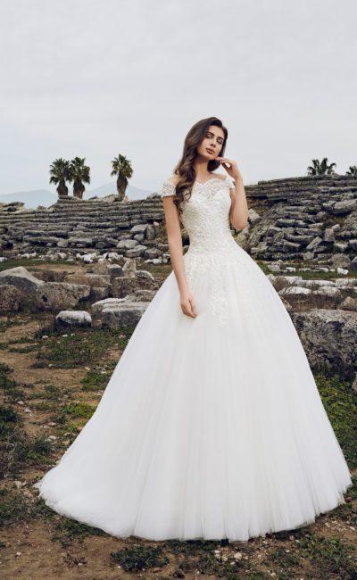 Пышное свадебное платье с элегантным портретным декольте.