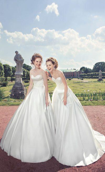 Пышное свадебное платье из атласной ткани с открытым лифом в форме сердечка.