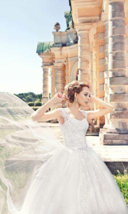 Пышное свадебное платье с кружевными рукавами и полосами кружева на юбке.