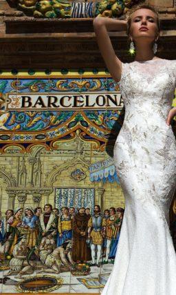 Закрытое свадебное платье облегающего силуэта «рыбка» с отделкой кружевом.