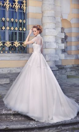 Пышное свадебное платье с воротником-стойкой и короткими ажурными рукавами.