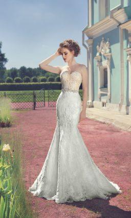 Свадебное платье силуэта «рыбка» с бежевым корсетом, украшенным кружевом.
