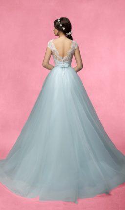 Закрытое свадебное платье с юбкой А-силуэта, кружевной отделкой и украшенным бисером поясом.