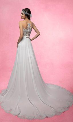 Прямое свадебное платье с длинным шлейфом и полупрозрачным верхом из кружевной ткани.