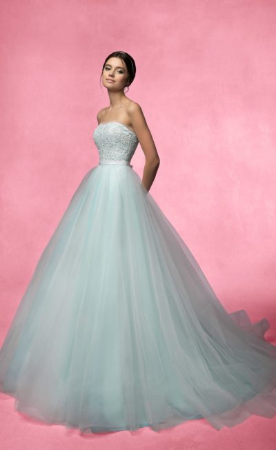 Открытое свадебное платье с узким поясом, кружевным корсетом и многослойной юбкой А-силуэта.