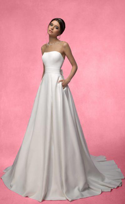 Атласное свадебное платье с открытой спинкой и шлейфом.