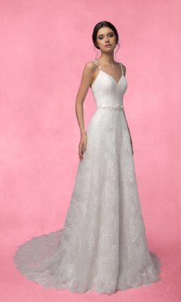 Прямое свадебное платье с кружевным декором, узкими фигурными бретелями и лифом в форме сердца.