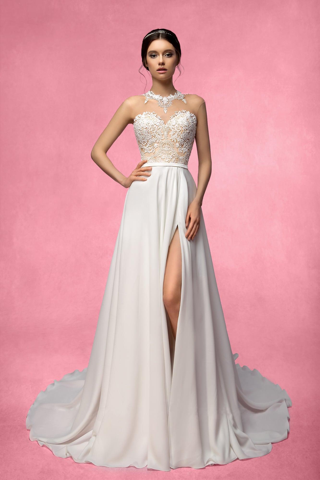 d28ca1d70b0 Прямое свадебное платье с разрезом сбоку на юбке и бежевым открытым  корсетом.