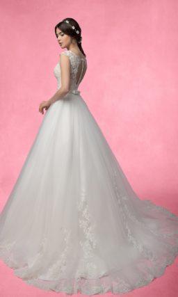 Свадебное платье «принцесса» с кружевным корсетом и открытой ажурной спинкой.