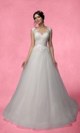 Романтичное свадебное платье «принцесса» с ажурным вырезом на спинке и узким поясом.