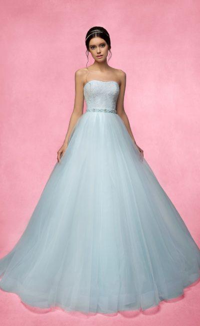 Изысканное свадебное платье с кружевным корсетом и поясом с бисером.