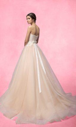 Свадебное платье персикового цвета, с открытым кружевным корсетом и юбкой «принцесса».