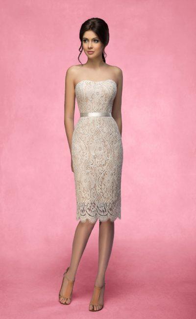 Короткое свадебное платье бежевого цвета, с облегающим силуэтом и декором из кружева.