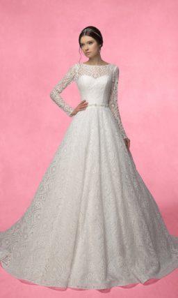 Свадебное платье силуэта «принцесса» с открытой спинкой и длинными ажурными рукавами.
