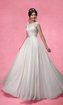Закрытое свадебное платье с кружевной отделкой лифа и юбкой прямого силуэта.