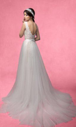Кружевное свадебное платье прямого силуэта с полупрозрачной верхней юбкой.