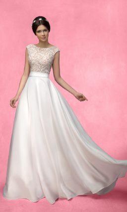 Прямое свадебное платье с глянцевой атласной юбкой и бежевым лифом с кружевным декором.