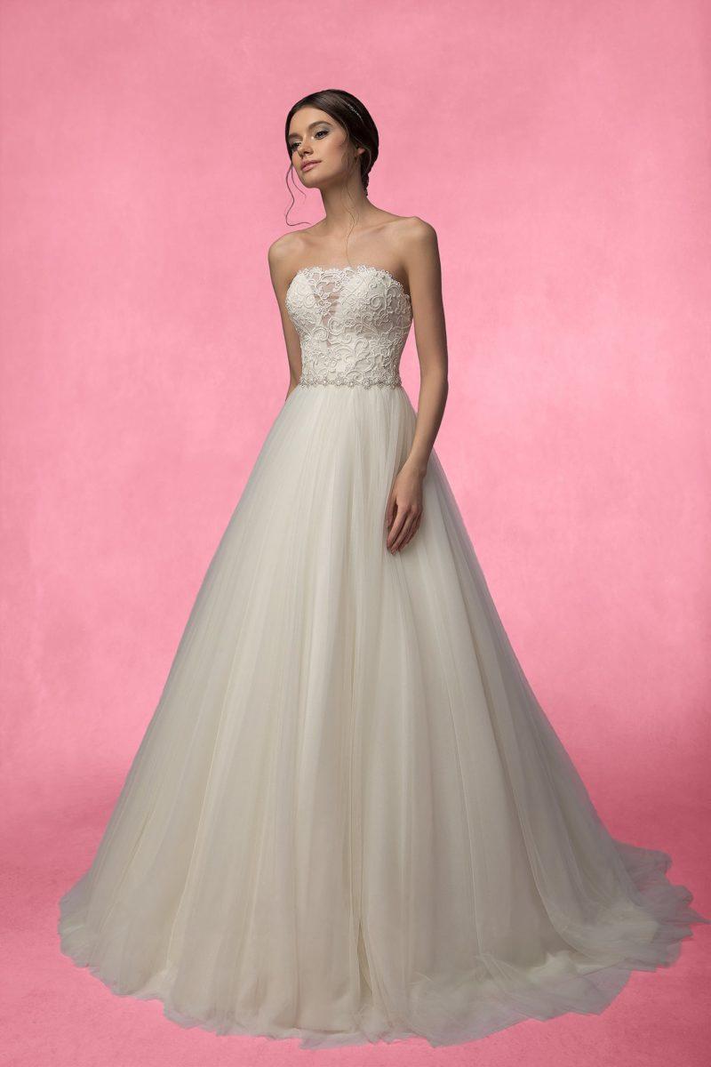 Свадебное платье А-силуэта с прямым вырезом декольте на корсете, украшенном кружевом.