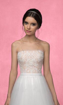 Свадебное платье силуэта «принцесса» с бежевым открытым корсетом и белоснежной юбкой.