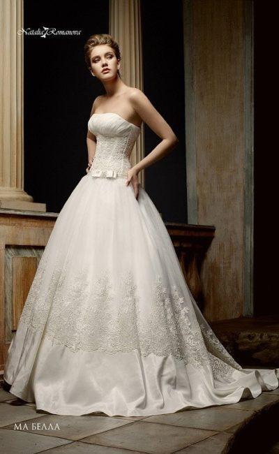 Открытое свадебное платье с торжественным шлейфом и кружевной отделкой корсета