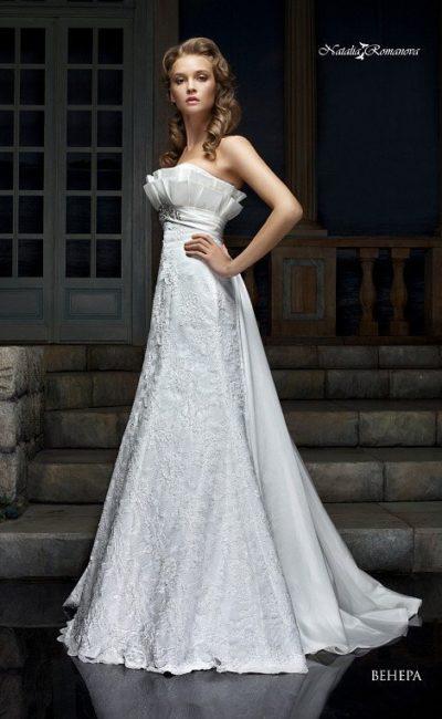 Атласное свадебное платье силуэта принцесса с объемной отделкой лифа прямого кроя