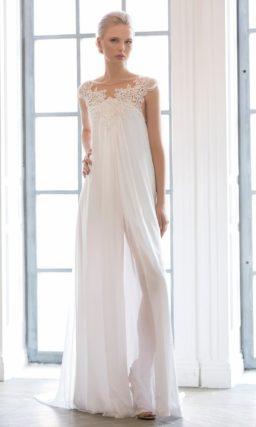 Свадебное платье без выделенной линии талии, выполненное из тонкой шифоновой ткани.