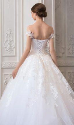 Нежное свадебное платье «трапеция» с кружевными бретелями на предплечьях.