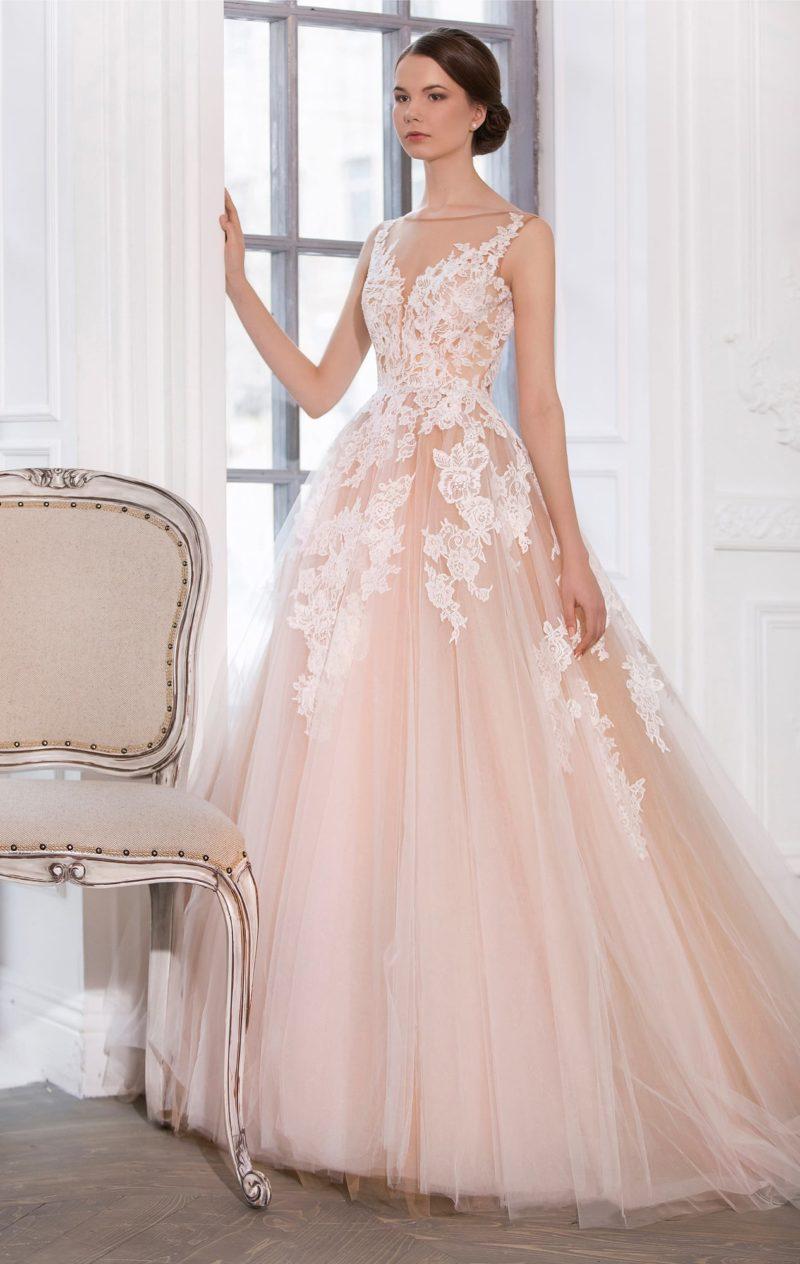 Персикового цвета свадебное платье А-силуэта с белыми кружевными аппликациями.