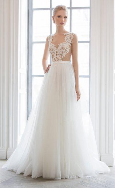 Романтичное свадебное платье «колонна», украшенное кружевом на бежевой подкладке.
