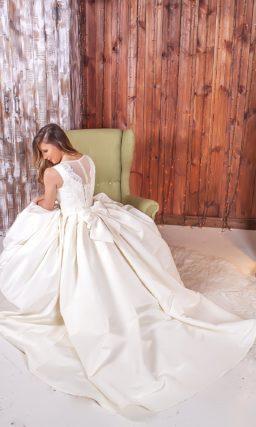 Атласное свадебное платье с женственным вырезом «бато» и оригинальным декором спинки.