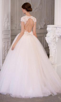 Воздушное свадебное платье с нежным кружевным корсетом и вырезом на спинке.