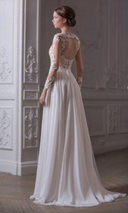 Прямое свадебное платье, лиф которого выполнен из полупрозрачной ткани с кружевной отделкой.