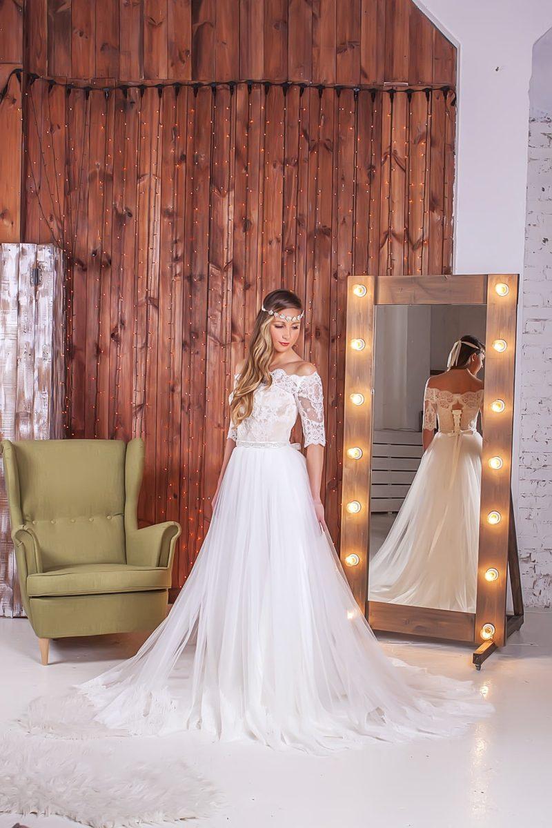 Прямое свадебное платье с портретным декольте и многослойной юбкой с тонким шлейфом.