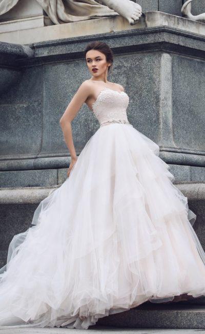 Романтичное свадебное платье с кружевным декором корсета и пышной юбкой с роскошным шлейфом.