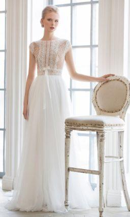 Деликатное свадебное платье с закрытым лифом, оформленным оригинальной кружевной тканью.