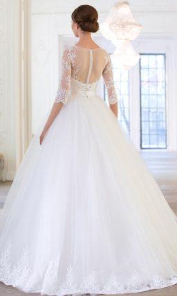 Закрытое свадебное платье с многослойной юбкой и деликатным кружевным декором.