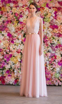 Розовое свадебное платье с кружевной спинкой, дополненное золотистым поясом.