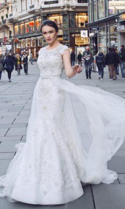 Свадебное платье «рыбка» с прозрачной верхней юбкой и кружевной спинкой.