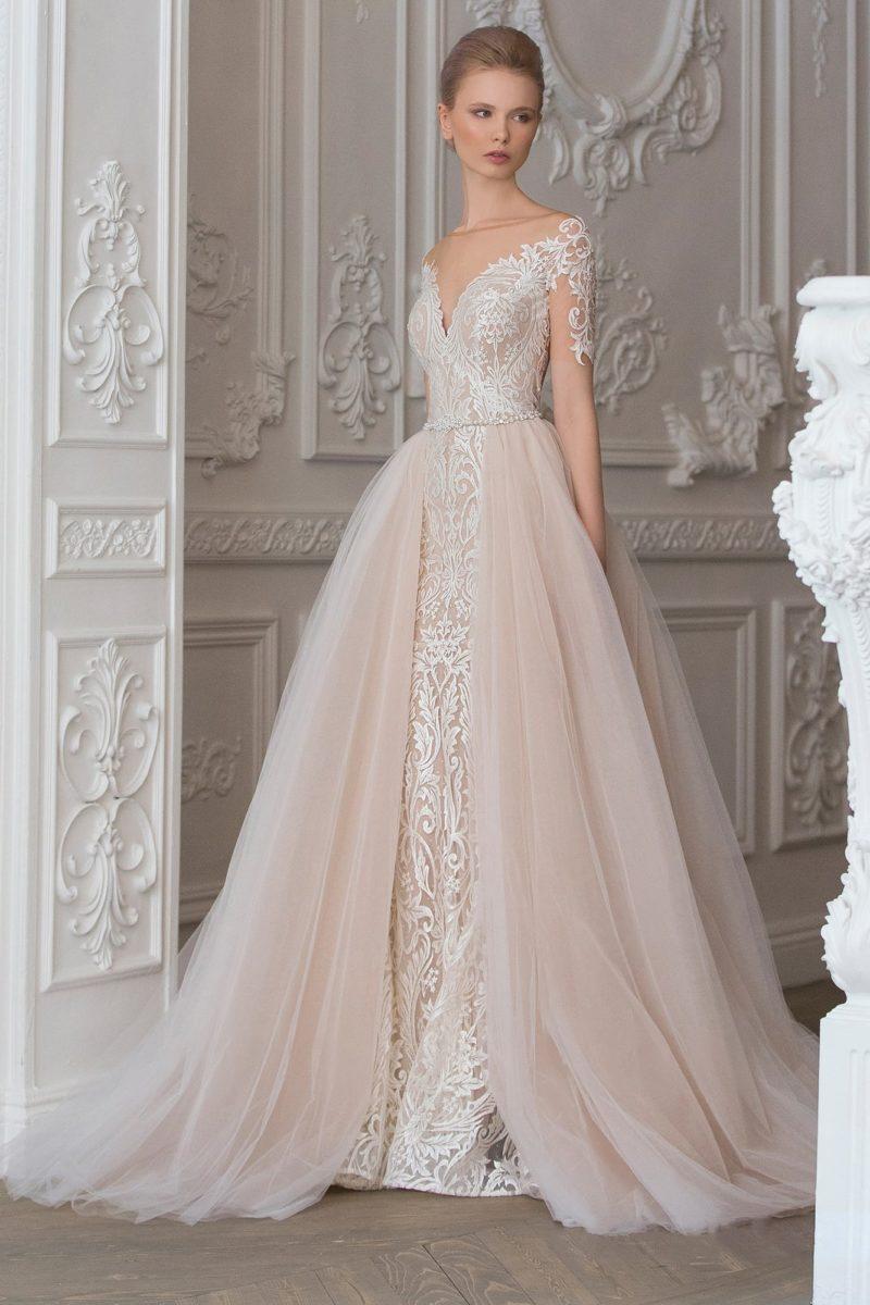 Свадебное платье «принцесса» с многослойной верхней юбкой нежного розового оттенка.