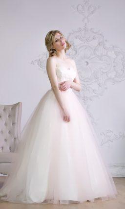 Лаконичное свадебное платье кремового цвета с романтичной воздушной юбкой и открытым лифом.