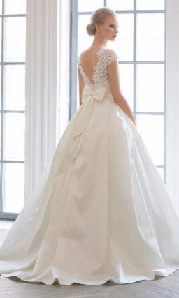 Стильное свадебное платье, открывающее спинку V-образным вырезом с кружевным краем.