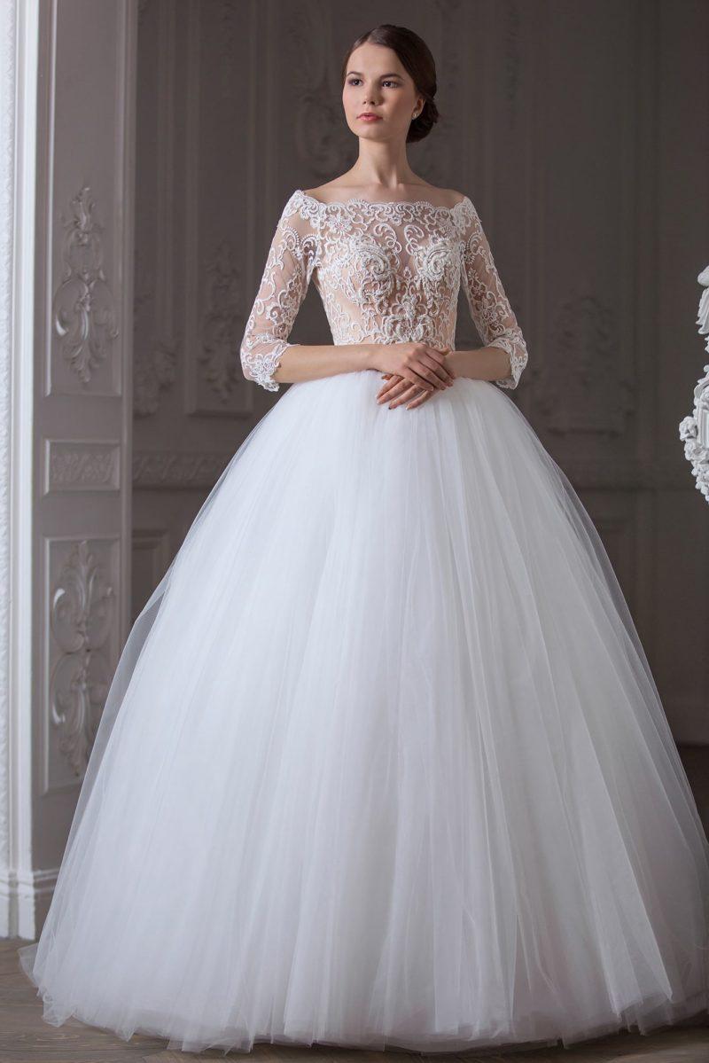 Изысканное свадебное платье, корсет которого выполнен из бежевой ткани под белым кружевом.