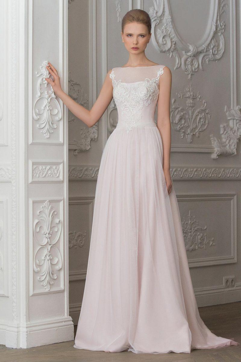 Свадебное платье пастельно-розового цвета, с юбкой прямого кроя и кружевом на корсете.