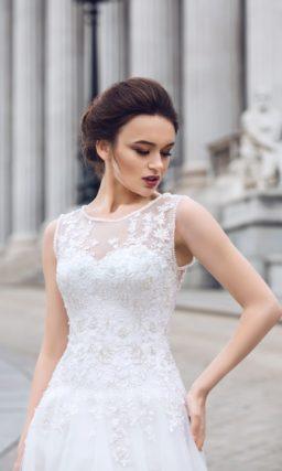 Свадебное платье прямого кроя с кружевной спинкой и пышным шлейфом сзади.